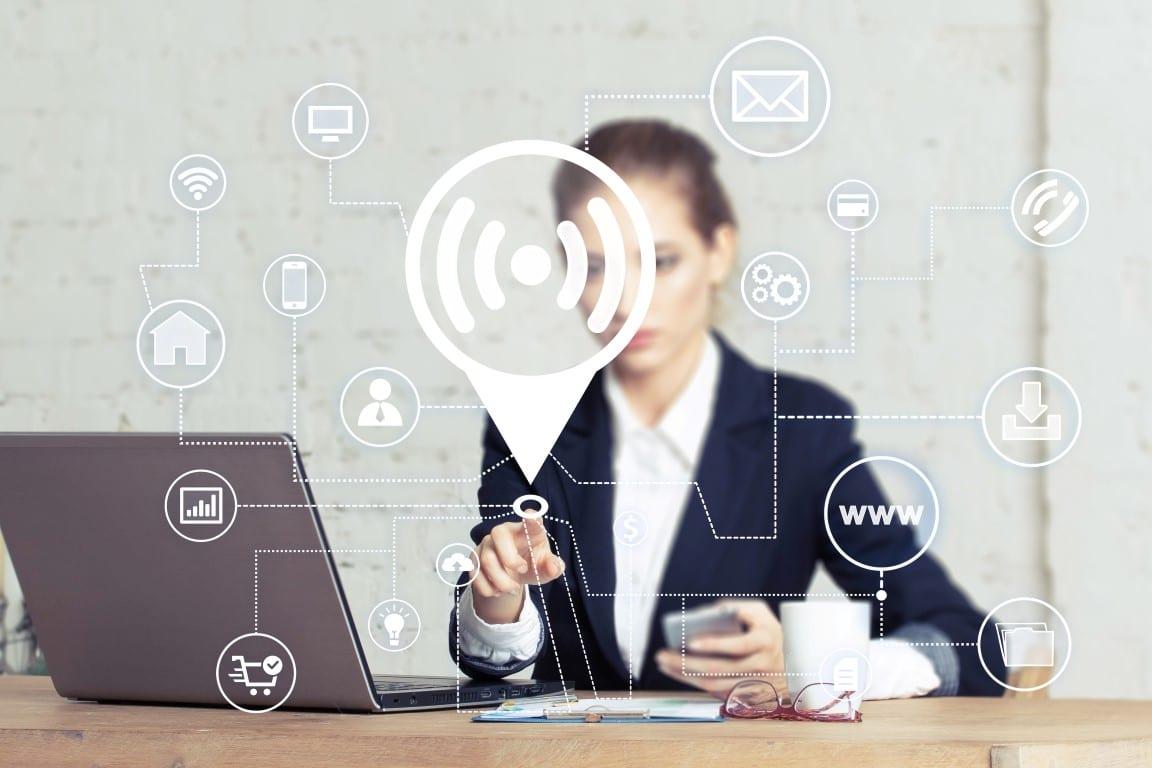 Office-employee-using-wifi